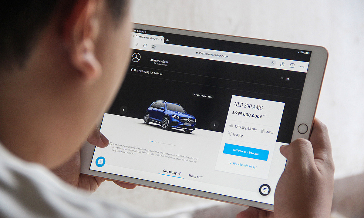 Một khách hàng tại TPHCM tham khảo chiếc GLB trên shop online của Mercedes. Ảnh: Thành Nhạn