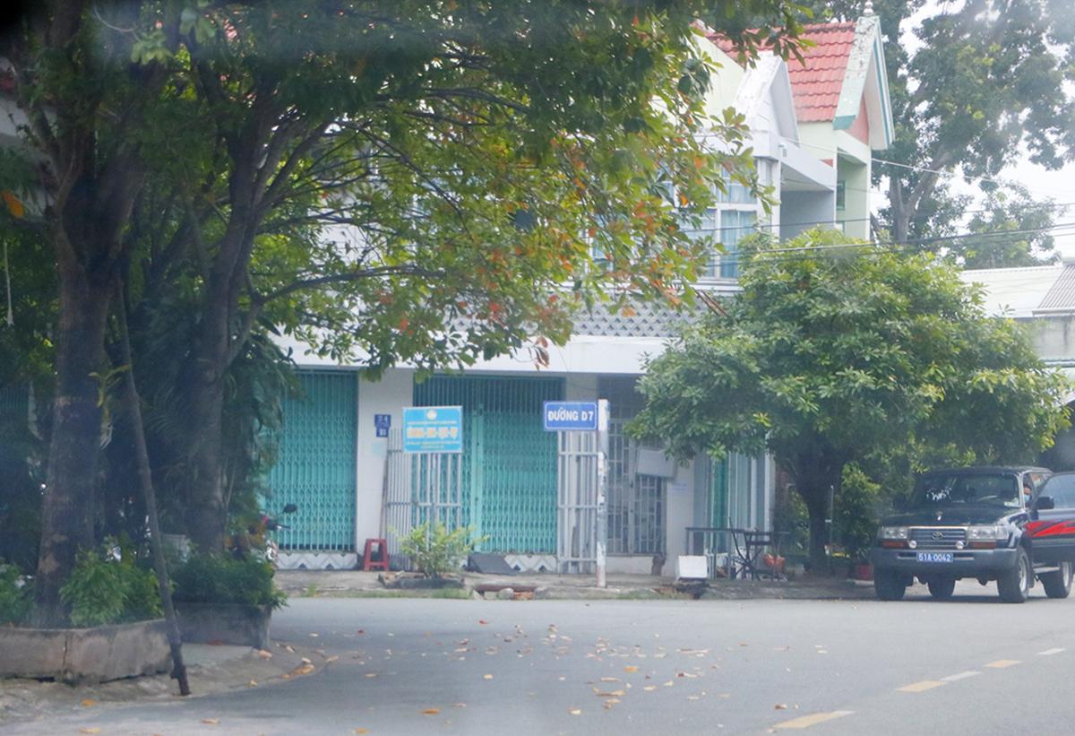 Cảnh sát khám xét nhà ông Võ Văn Lượng trưa 30/6. Ảnh: Phước Tuấn.