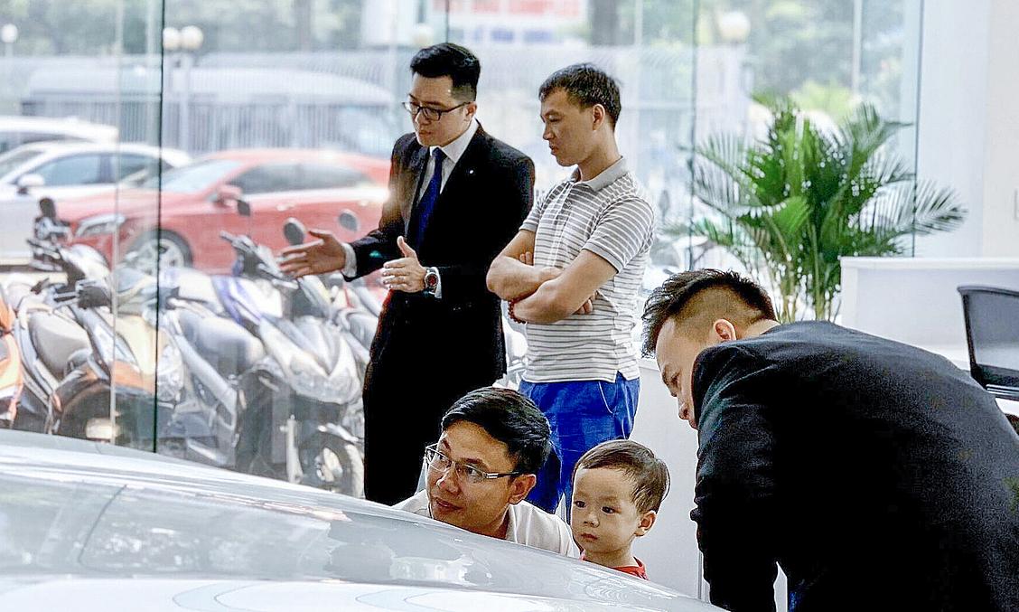 Trực tiếp đến showroom xem xe, thói quen và là đặc thù khó thay đổi đối với khách hàng ngành ôtô. Ảnh: Đoàn Dũng