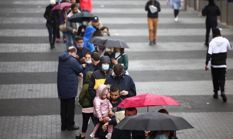 Người dân xếp hàng bên ngoài một trung tâm tiêm chủng Covid-19 ở thủ đô London, Anh, ngày 20/6. Ảnh: Reuters.