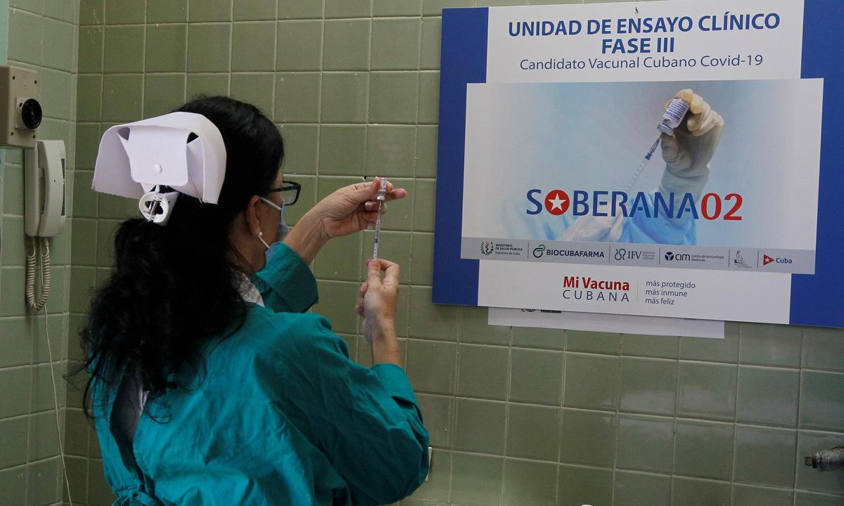 Nhân viên y tế Cuba chuẩn bị vaccine Soberana 2 trong đợt thử nghiệm Giai đoạn ba. Ảnh: Reuters.