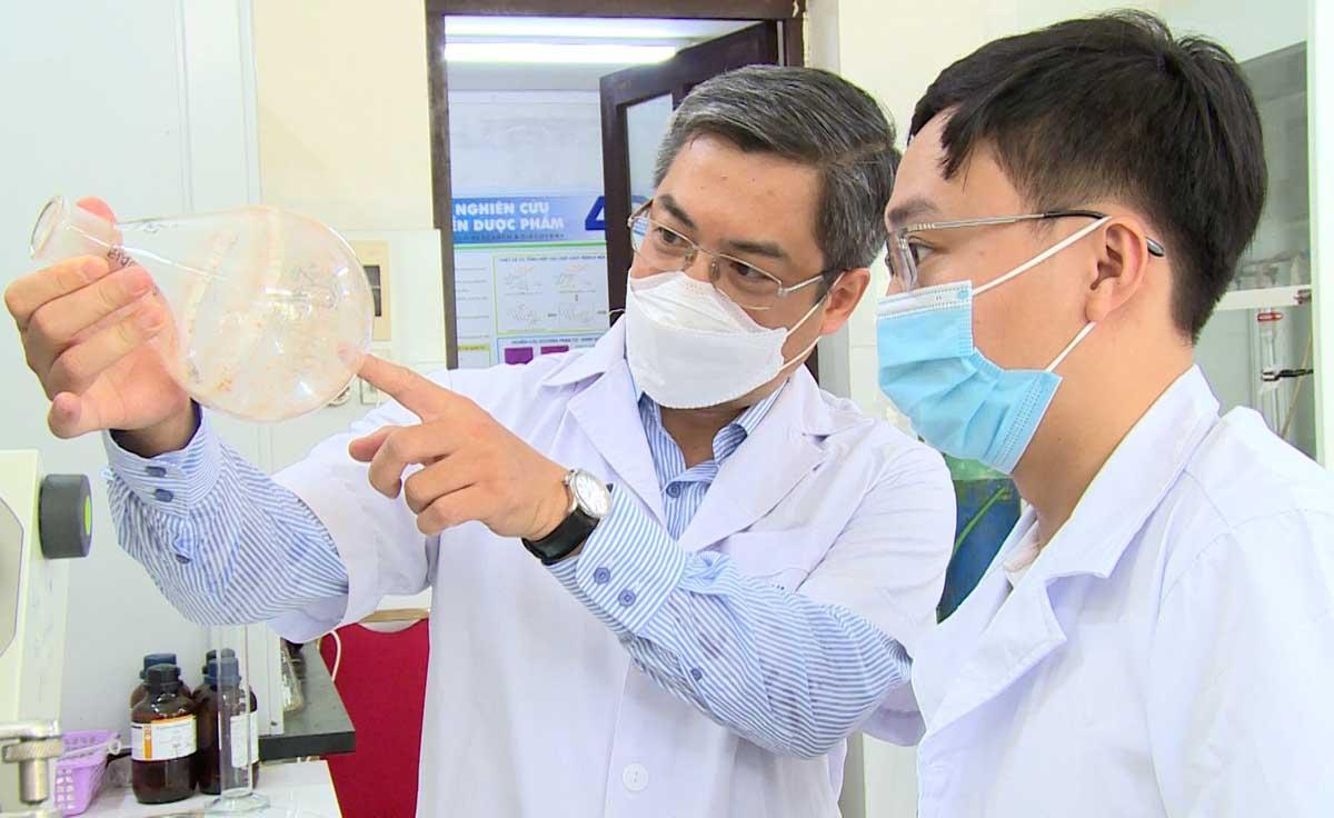 PGS Ngô Quốc Anh (bìa trái) và cộng sự tại phòng thí nghiệm. Ảnh: Ngọc Châu.