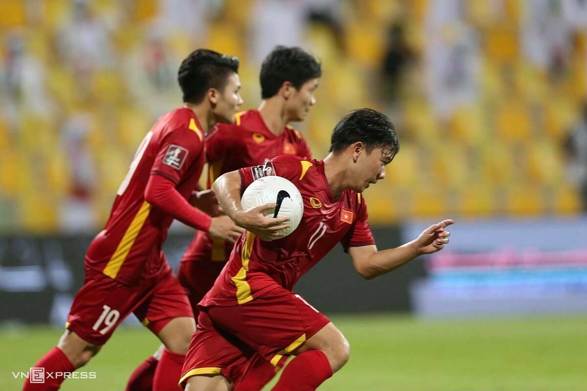 Minh Vuong memeluk bola dan berlari ke lini tengah, setelah mencetak gol untuk memperpendek skor menjadi 2-3 untuk Vietnam dalam pertandingan UEA di babak kualifikasi kedua Piala Dunia 2022 - Asia.  Foto: Lam Tho.