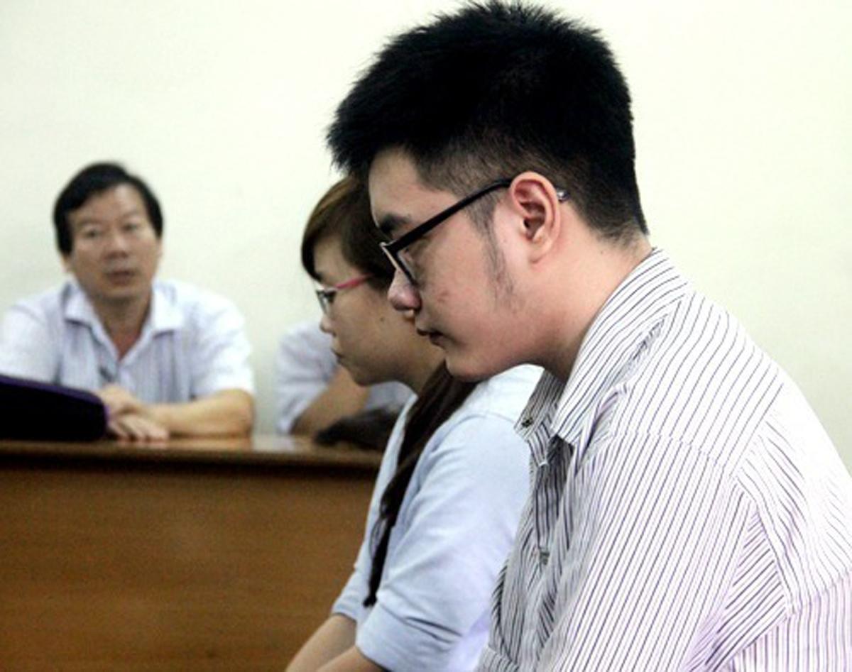 Bị cáo Duy và Linh trong lần ra tòa phúc thẩm năm 2017. Ảnh: Bình Nguyên.