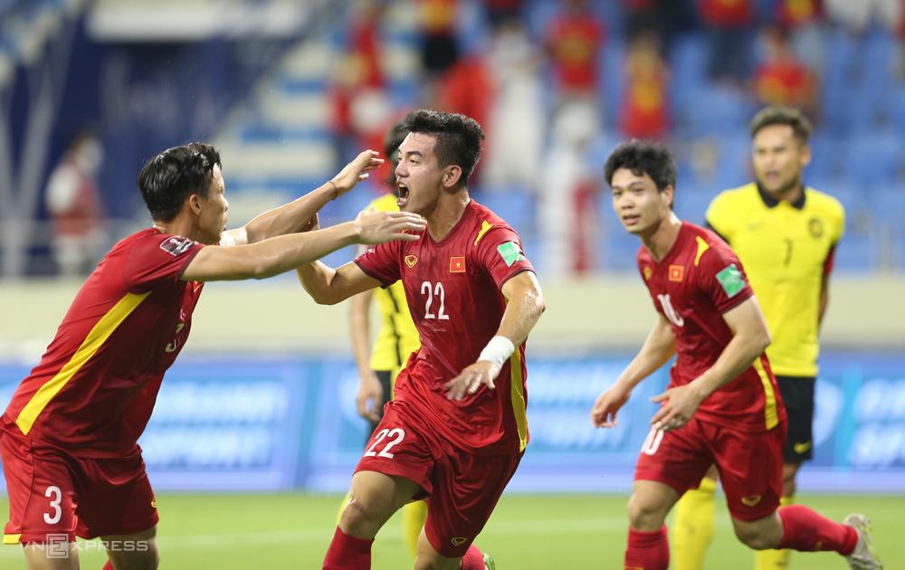 """ผู้เล่นเวียดนามฉลองชัยชนะเหนือมาเลเซีย 2-1 ในรอบคัดเลือกรอบที่สองของฟุตบอลโลก 2022 - ภูมิภาคเอเชีย  ภาพถ่าย: """"Lam Thua ."""""""