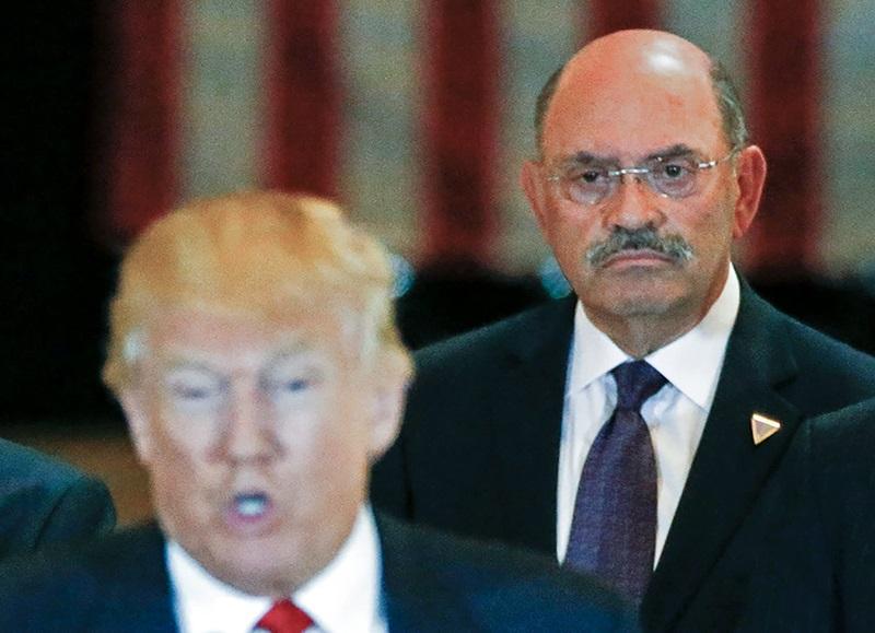 Giám đốc tài chính Allen Weisselberg (sau) trong cuộc họp báo của Trump ở Manhattan năm 2016. Ảnh: Reuters.