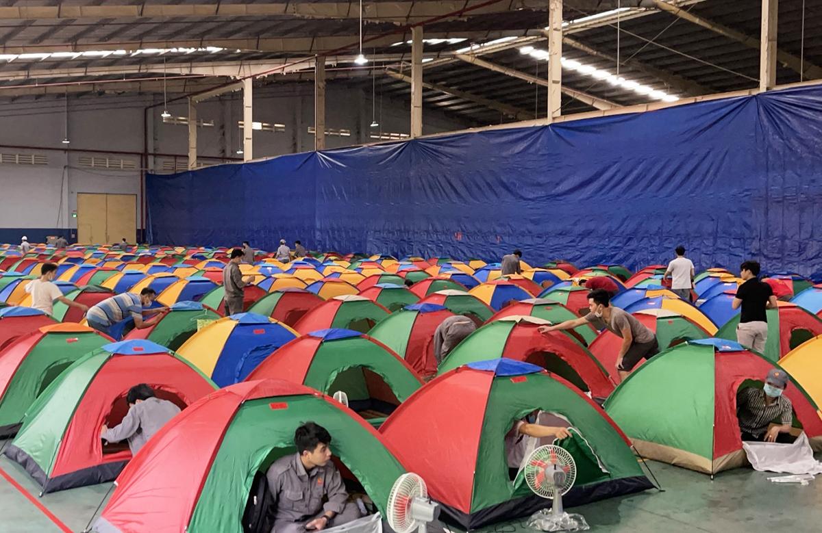 Công ty cổ phần công nghiệp cao su miền Nam ở thị xã Tân Uyên (Bình Dương) tổ chức cho công nhân ở lại nhà máy khi dịch ở đây bùng phát mạnh. Ảnh: An Phương.