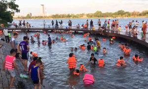 Người dân đổ ra sông Hương tắm ngày nắng nóng