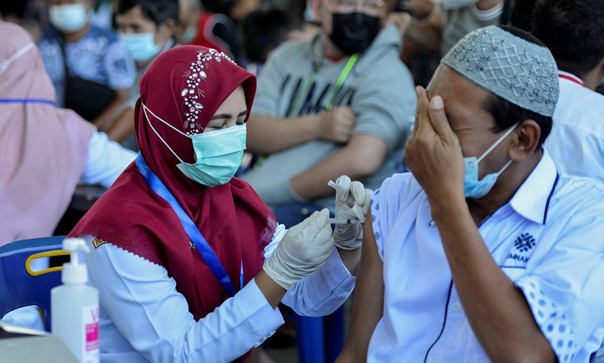 Một điểm tiêm chủng vaccine Covid-19 ở thành phố Banda Aceh, Indonesia hôm 20/4. Ảnh: AFP.