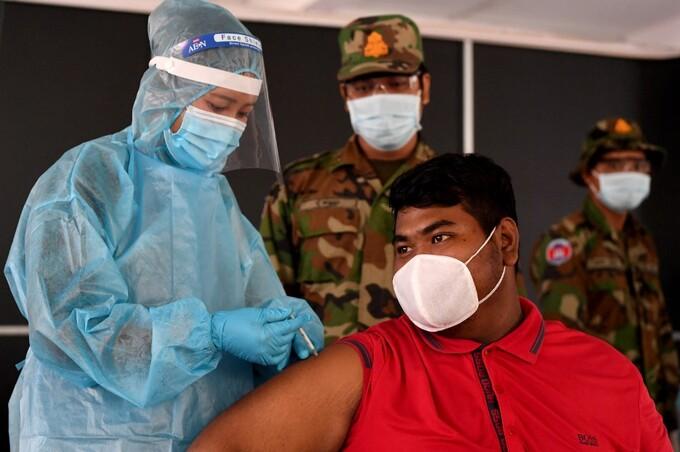 Người dân tiêm vaccine Covid-19 tại Phnoem Penh hôm 1/5. Ảnh: AFP