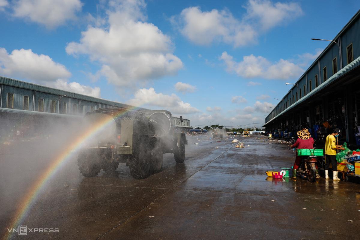 Bộ đội hóa học phun khử khuẩn tại chợ đầu mối Bình Điền, quận 8, TP HCM, ngày 27/6. Ảnh: Hữu khoa