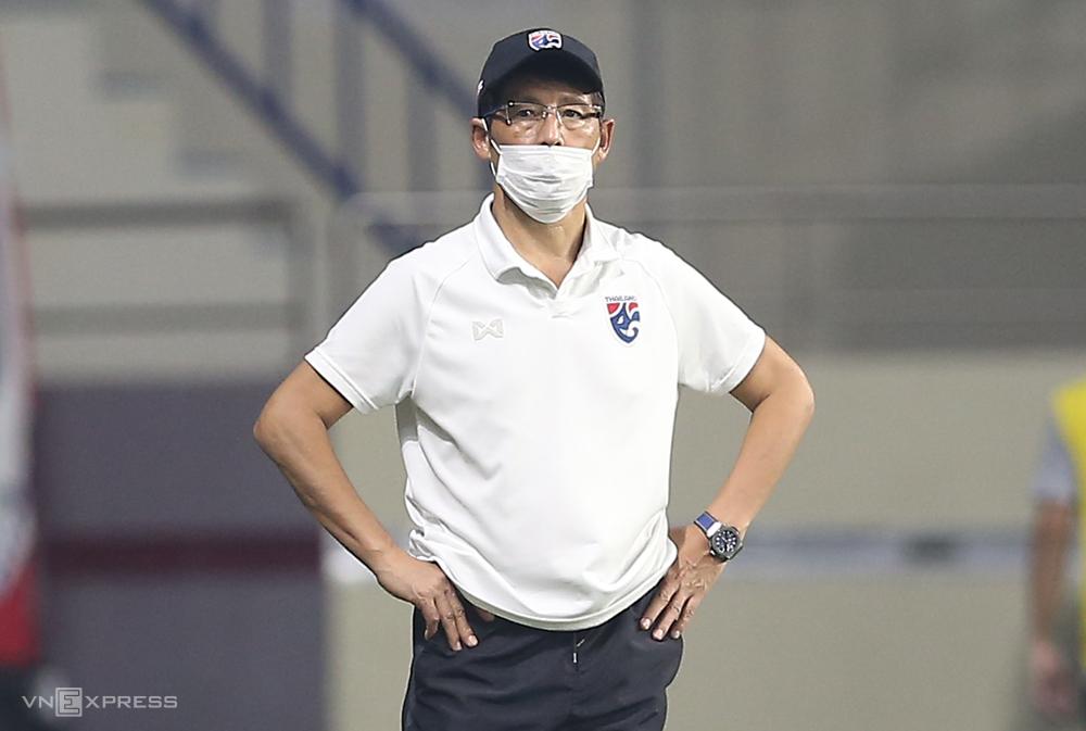 """โค้ช อากิระ นิชิโนะ ยืนตะลึงเมื่อไทยปล่อยให้อินโดนีเซียรั้ง 2-2 เมื่อวันที่ 3 มิถุนายน  ภาพถ่าย: """"Lam Thua ."""""""