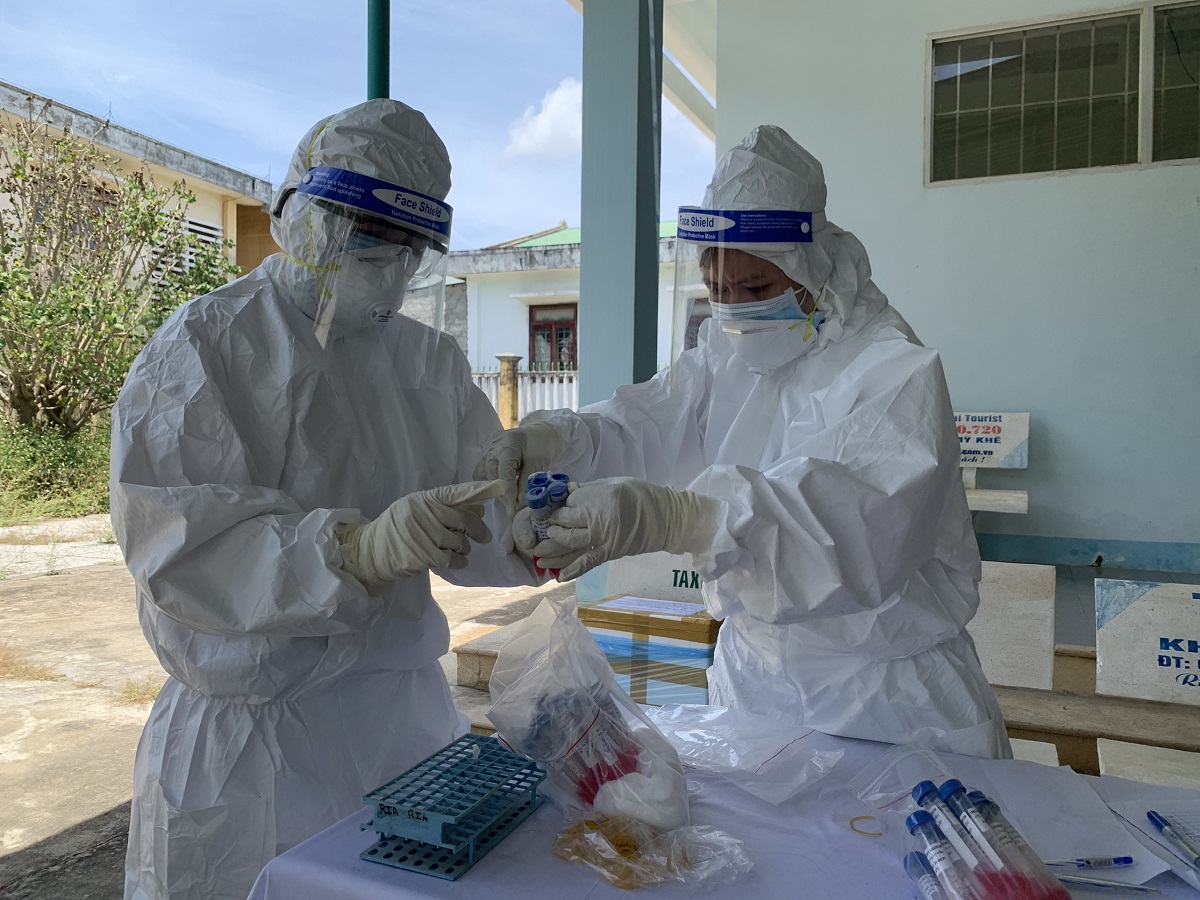 Nhân viên y tế thu gom mẫu xét nghiệm Covid-19 ở thị xã Đức Phổ. Ảnh: Phạm Linh.