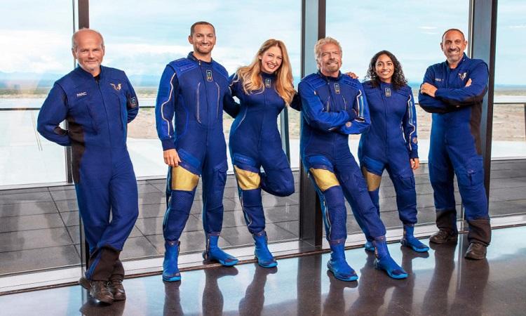 Richard Branson (người thứ 4 từ trái sang phải) đứng cùng phi hành đoàn Ảnh: Virgin Galactic.