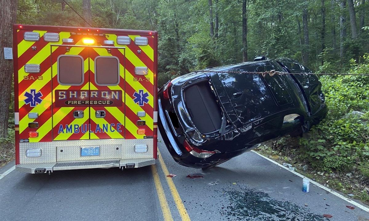 Ôtô lật nghiêng khi cố vượt xe cứu thương