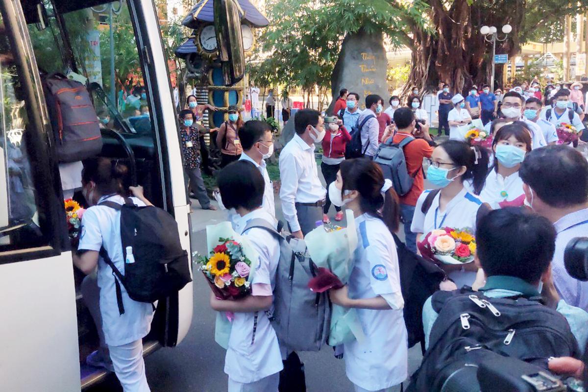Đoàn cán bộ y tế, bác sĩ Khánh Hòa lên đường hỗ trợ Phú Yên chống dịch. Ảnh: Xuân Ngọc.
