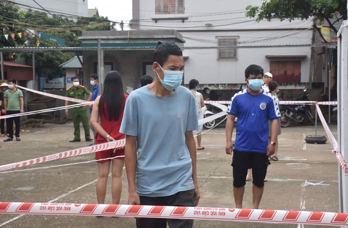 Công nhân Bắc Giang trong vùng cách ly xã hội đi nhận nhu yếu phẩm tại Siêu thị 0 đồng do Liên đoàn lao động tỉnh tổ chức, tháng 5/2021. Ảnh: Hồng Chiêu