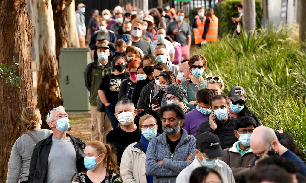 Người dân xếp hàng bên ngoài một trung tâm tiêm chủng ở Sydney, Australia, hôm 24/6. Ảnh: AFP.
