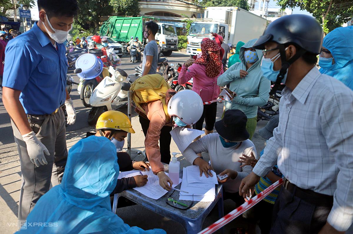 Ngành y tế yêu cầu người dân trong khu vực đang phong tỏa khai báo y tế. Ảnh: Xuân Ngọc.