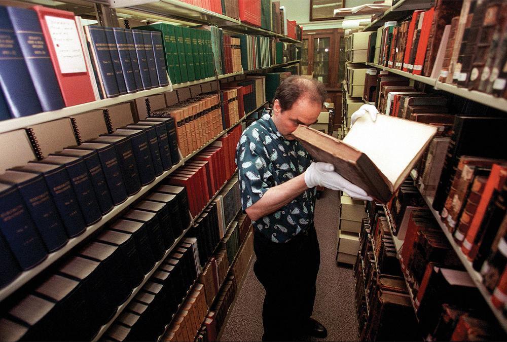 Greg Priore kiểm tra một cuốn sách trong Phòng Oliver của thư viện, năm 1999. Ảnh: AP