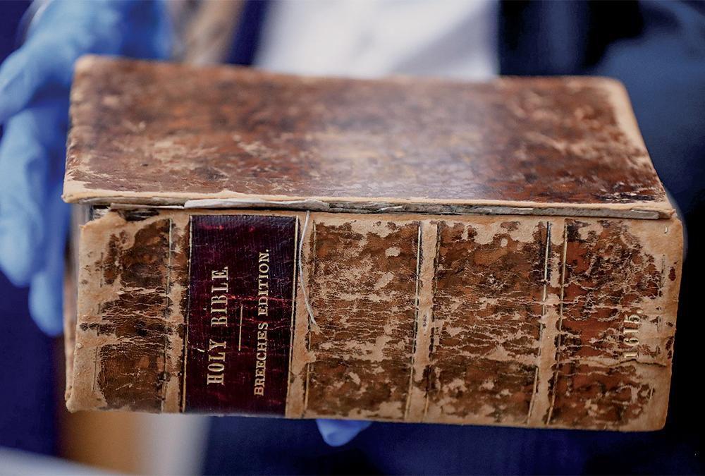 Kinh thánh in năm 1615, bị Priore đánh cắp khỏi Thư viện vào những năm 1990 và bán cho Bảo tàng Hành hương Hoa Kỳ ở Hà Lan và đã được bảo tàng Carnegie Pittsburgh mua lại với giá 12.000 USD vào tháng 4/2019. Ảnh: CBS Pittsburgh