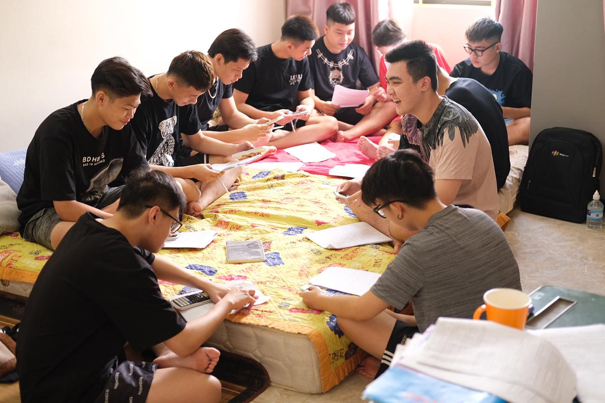 Không bàn, không ghế nhưng nhóm học sinh vẫn cảm thấy thoải mái khi ăn ở và học tập trung tại nhà cô chủ nhiệm. Ảnh: Dương Tâm.