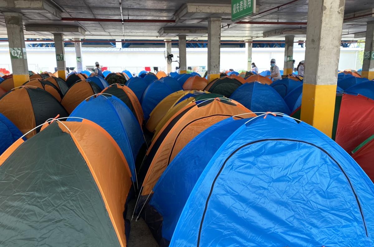 Các công nhân được bó trí lều tạm ở khu nhà xe. Ảnh: An Phương.