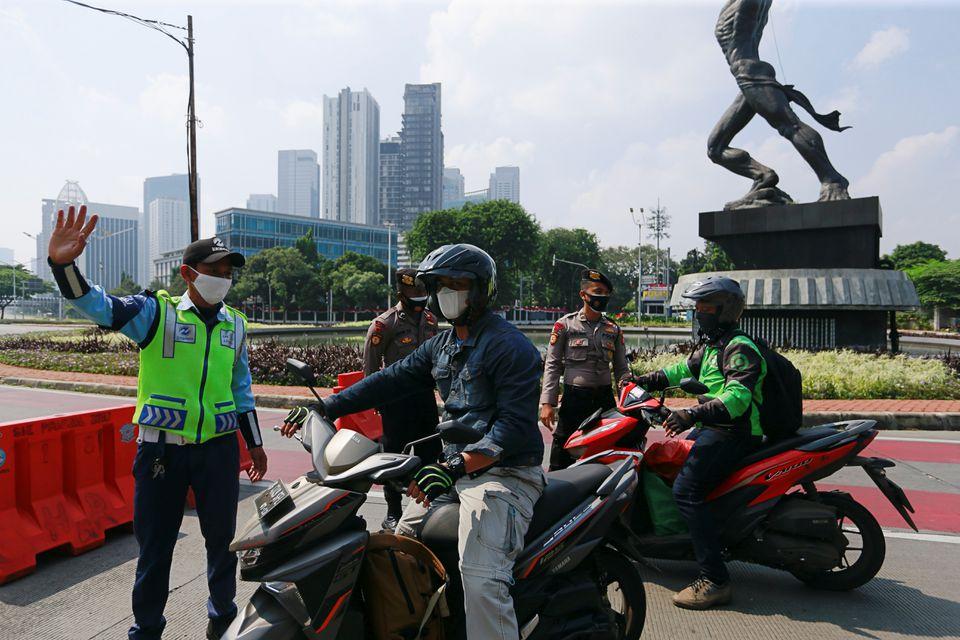 Cảnh sát Indonesia chặn xe máy tại Jakarta, Indonesia ngày 3/7. Ảnh: Reuters.