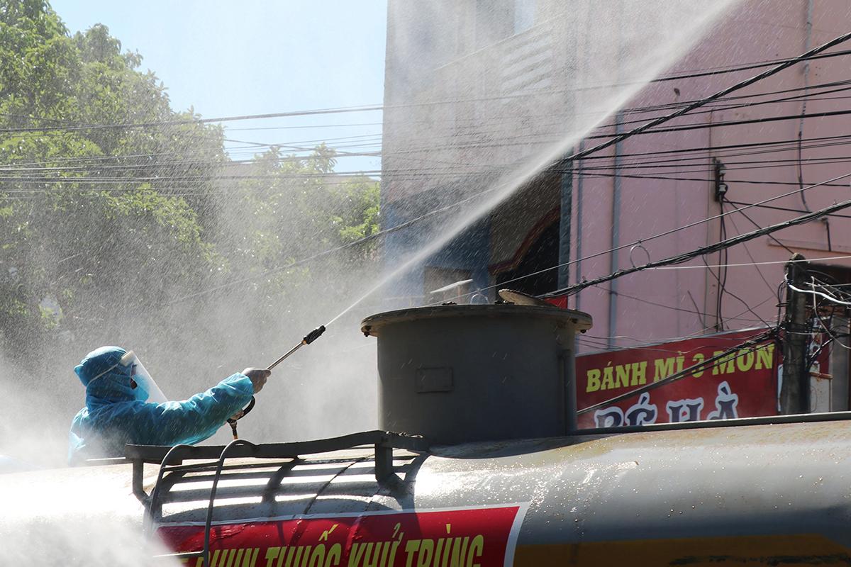Ngành y tế phun khử khuẩn trên khu phố có ca nhiễm tại TP Tuy Hòa. Ảnh: An Phước.