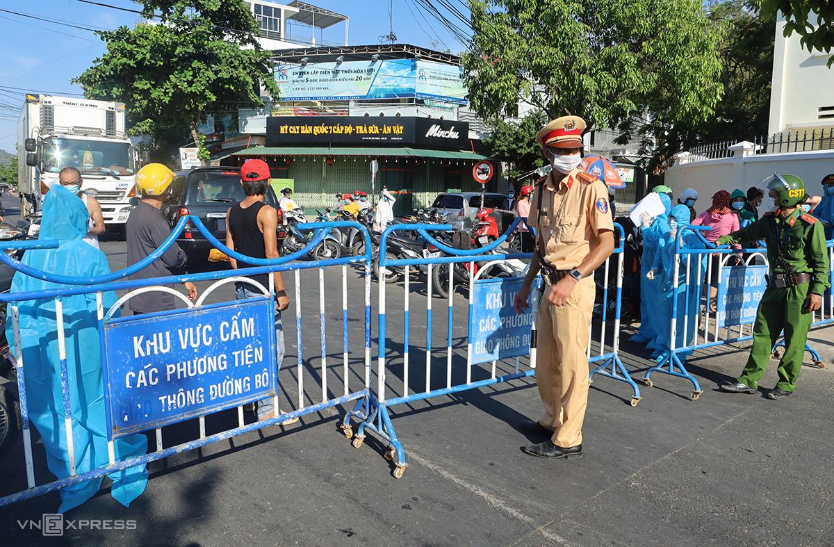 Lực lượng chức năng phong tỏa khu vực liên quan ca nhiễm tại xã Phước Đồng, TP Nha Trang, chiều 3/7. Ảnh: Xuân Ngọc.