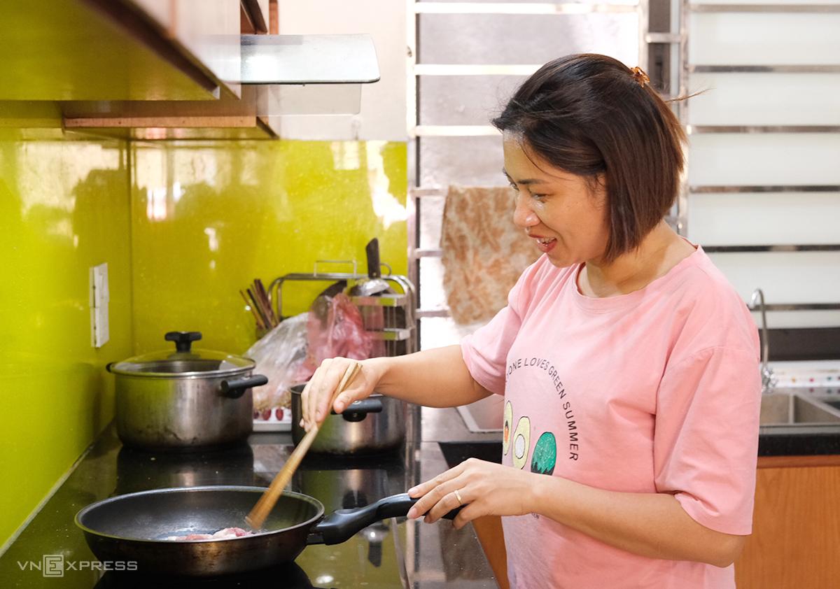 Cô Lý chuẩn bị bữa trưa cho nhóm 12 học sinh đang ở nhà mình hôm 3/7. Ảnh: Dương Tâm.
