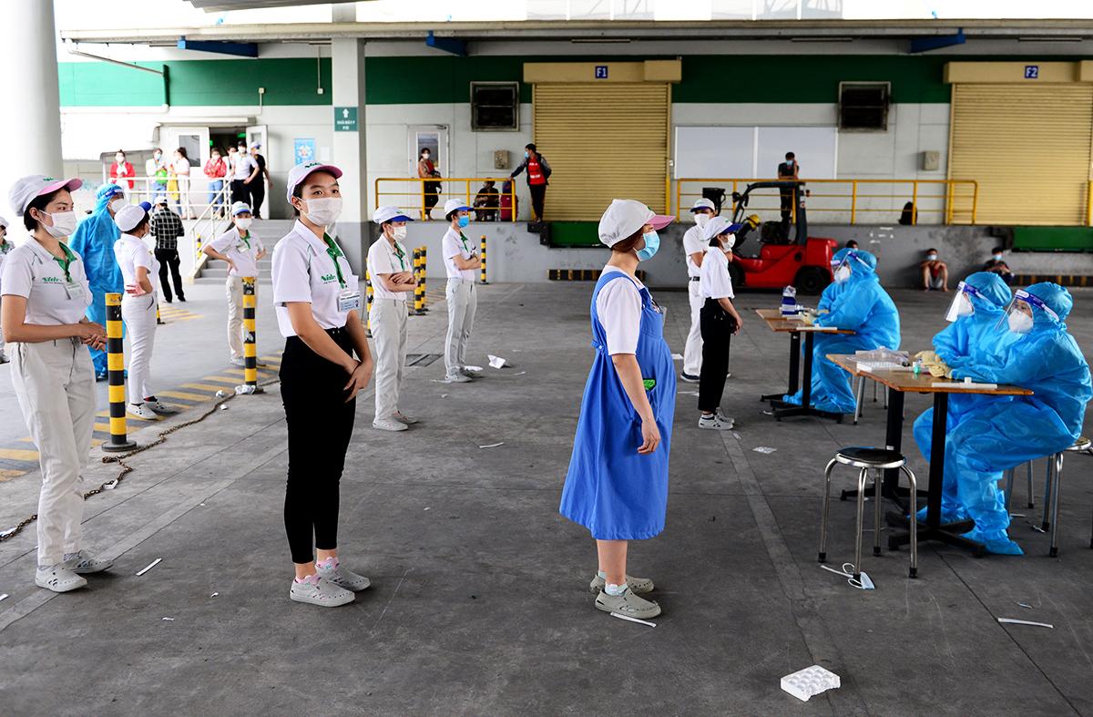 Người lao động của Công ty Nidec Sankyo tiến hành xét nghiệm khi nhà máy phát hiện ca nhiễm, chiều 27/6. Ảnh: Quỳnh Trần.