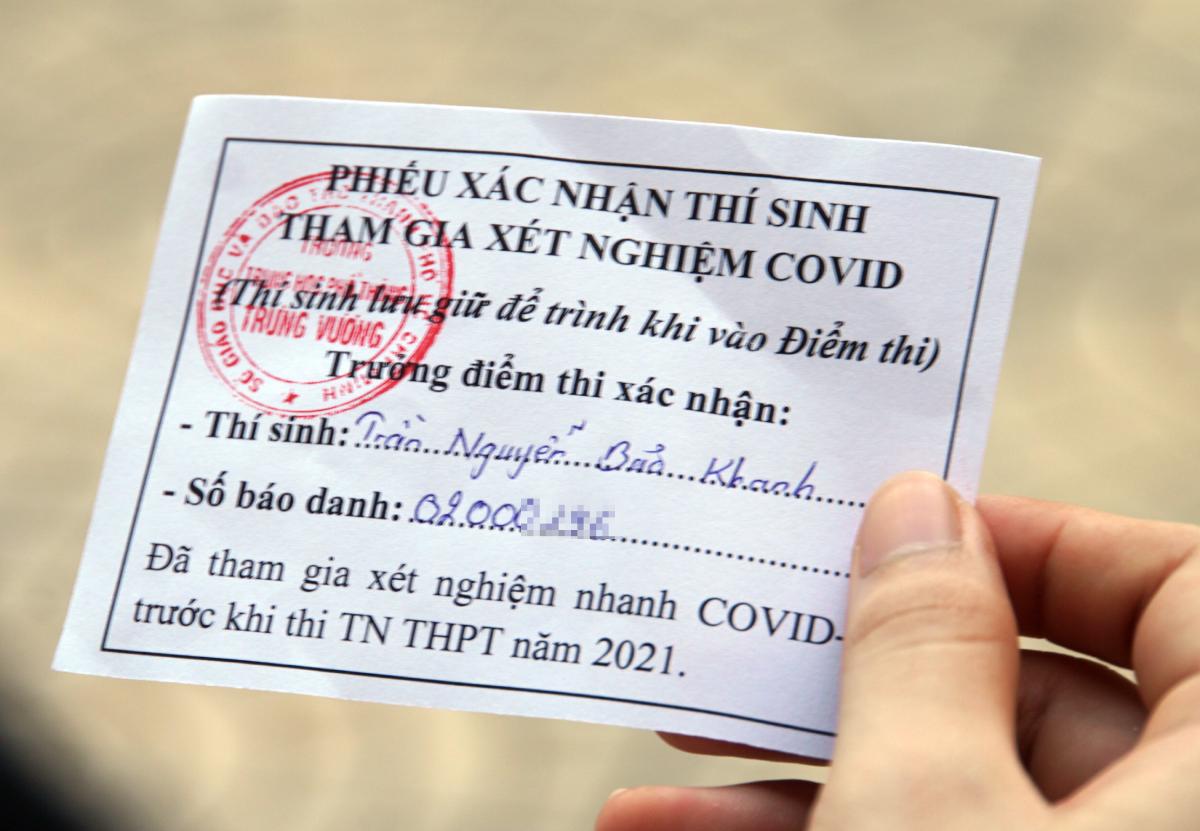 Thí sinh nhận được phiếu xác nhận thí sinh tham gia xét nghiệm Covid-19 ngay sau khi lấy mẫu. Ảnh: Mạnh Tùng.