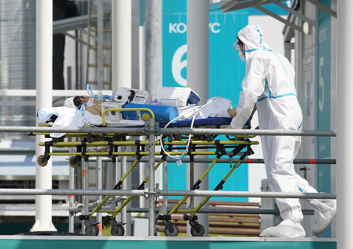 Nhân viên y tế di chuyển bệnh nhân Covid-19 tại Moskva ngày 2/7. Ảnh: Reuters.