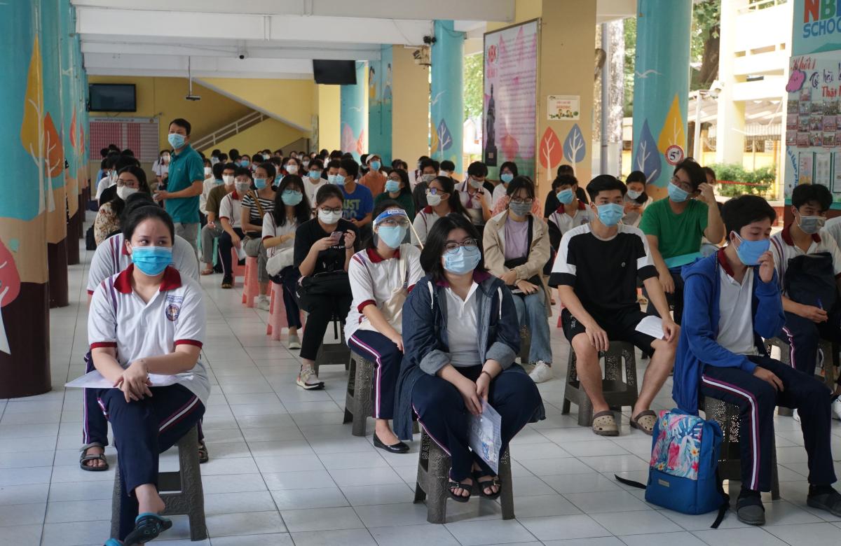 Thí sinh được xét nghiệm trong ca đầu 7h30-9h tại trường Tiểu học Nguyễn Bỉnh Khiêm (quận 1). Ảnh: Mạnh Tùng.