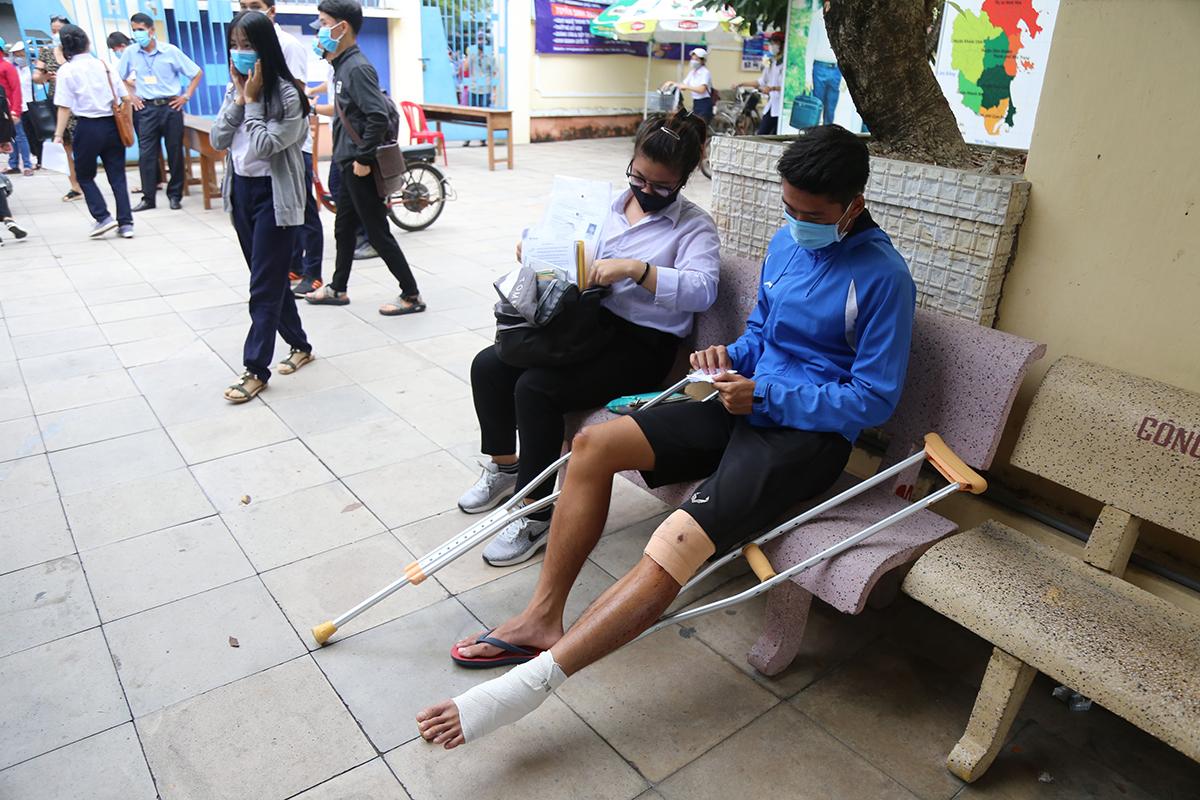 Một thí sinh gãy chân vẫn cố gắng đến điểm thi tốt nghiệp THPT ở Khánh Hoà năm 2020. Ảnh: Xuân Ngọc.