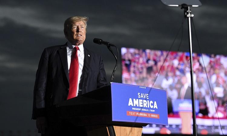 Cựu tổng thống Mỹ Donald Trump phát biểu tại cuộc mít tinh ở thành phố Sarasota, bang Florida, ngày 3/7. Ảnh: Reuters.