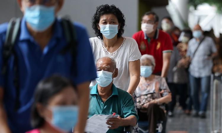 Người dân chờ tiêm vaccine Covid-19 tại một trung tâm tiêm chủng ở thủ đô Kuala Lumpur, Malaysia, ngày 31/5. Ảnh: Reuters.