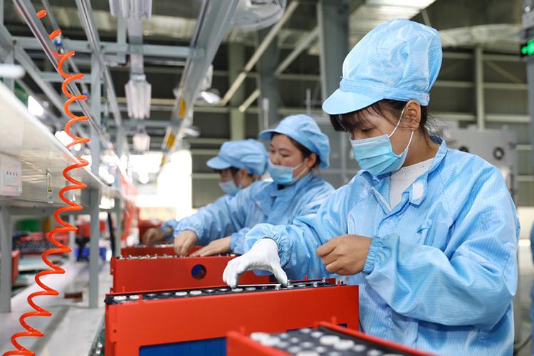 Các nhân viên làm việc tại dây chuyền sản xuất pin lithium ở tỉnh An Huy, Trung Quốc. Ảnh: China Daily.