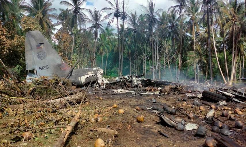 Phần đuôi máy bay tại hiện trường tai nạn hôm 4/7. Ảnh: Reuters.