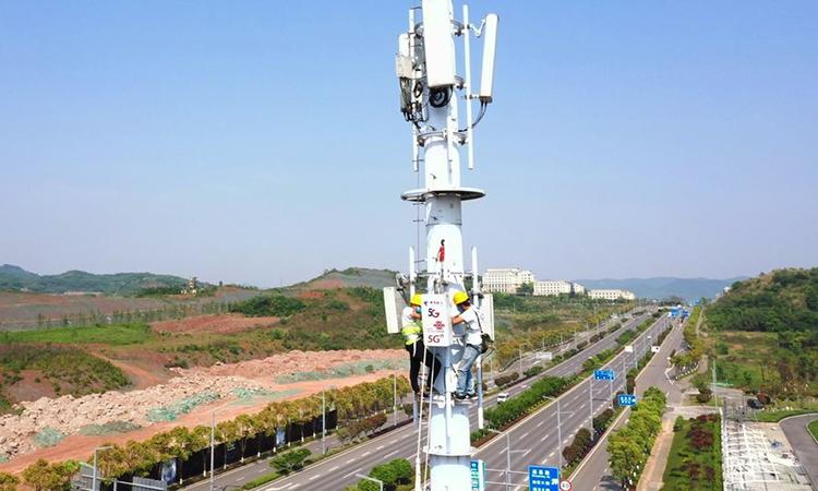 Công nhân lắp đặt trạm 5G tại Khu công nghệ cao Trùng Khánh ở tây nam Trung Quốc. Ảnh: Xinhua.