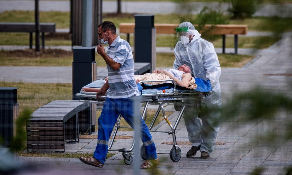 Bệnh nhân được đưa vào bệnh viện điều trị Covid-19 ở ngoại ô Moskva hôm 1/7. Ảnh: AFP.