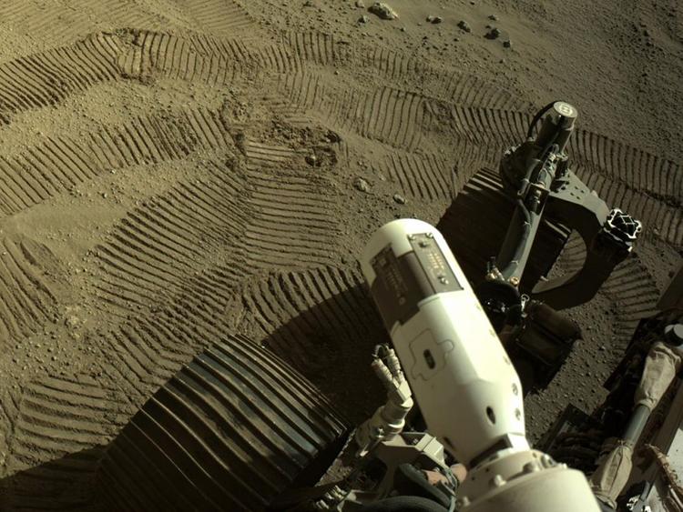 Robot Perseverance chụp ảnh các bánh xe và dấu vết của nó trên bề mặt sao Hỏa hôm 1/7. Ảnh: NASA.
