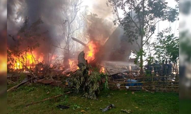 Máy bay bốc cháy tại hiện trường vụ tai nạn ngày 4/7. Ảnh: Twitter/@AlertsPea.