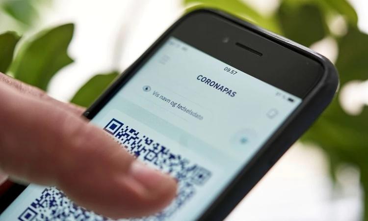 Một ứng dụng hộ chiếu Covid-19 trên điện thoại di động tại Copenhagen, Đan Mạch, ngày 28/5. Ảnh: Reuters.