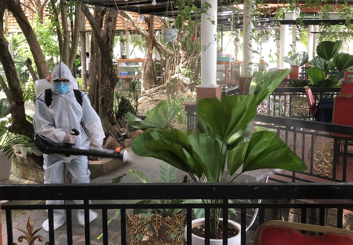 Nhân viên y tế phun xịt khử khuẩn khu vực nhà hàng. Ảnh: Văn Trăm