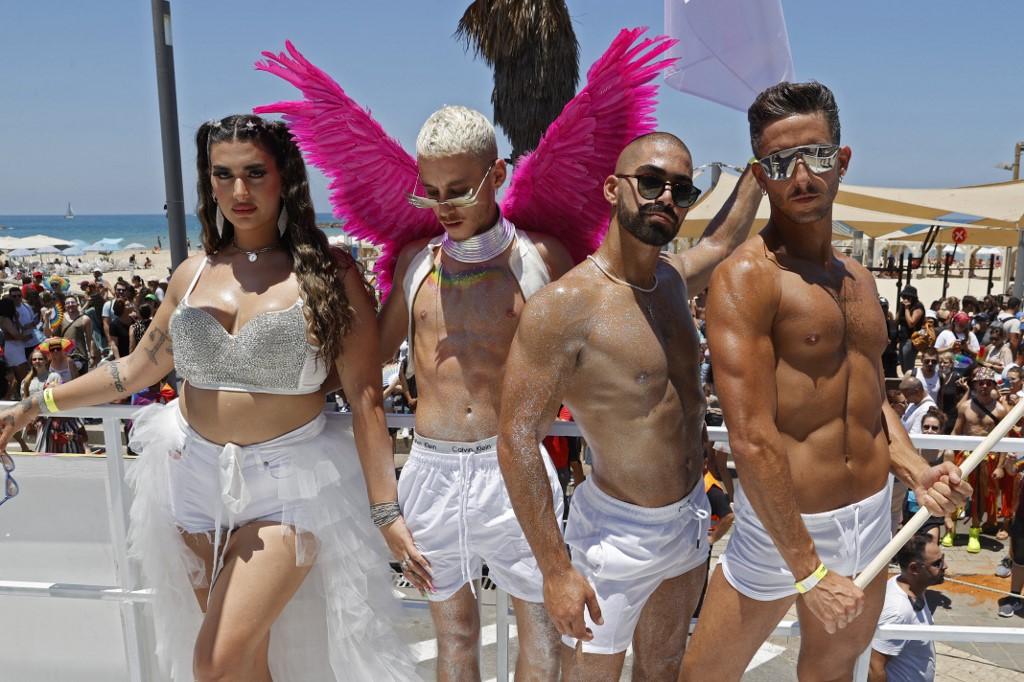 Người dân tham gia một sự kiện diễu hành tại Tel Aviv, Israel, hôm 25/6. Ảnh: AFP.