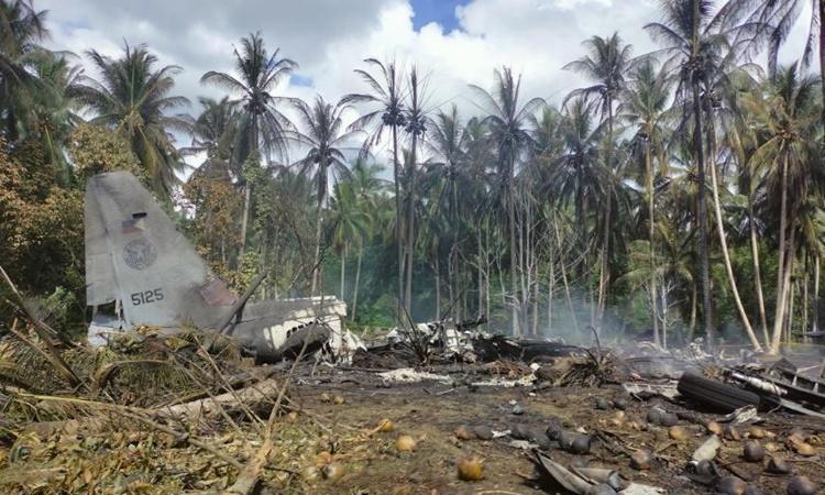 Xác vận tải cơ C-130 tại hiện trường vụ tai nạn trên đảo Jolo, tỉnh Sulu, phía nam Philippines, ngày 4/7. Ảnh: AP.