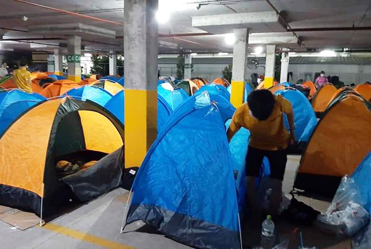 Các công nhân nhà máy Nidec Sankyo được bố trí lều tạm ở khu nhà xe. Ảnh: An Phương.