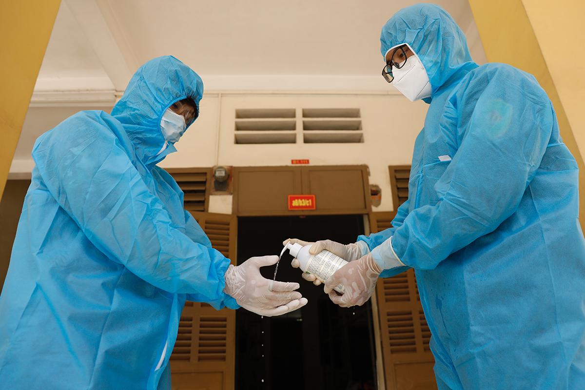 Nhân viên y tế tại nơi cách ly tập trung ở ký túc xá Đại học Quốc gia TP HCM. Ảnh: Hữu Khoa.